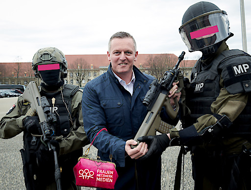 """""""Neue Sturmgewehre für MP"""". CC BY-NC-SA 2.0. Fotomontage: Frauennetzwerk Medien."""