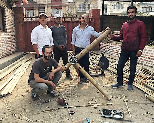 """""""Weltweitwandern Wirkt!""""-Projektarchitekt Johannes Würzler mit dem lokalen Expertenteam, die bei der Bambushalle in Sundarijal nördlich von Kathmandu traditionelle Bauweisen erdbebensicher einsetzen wollen."""