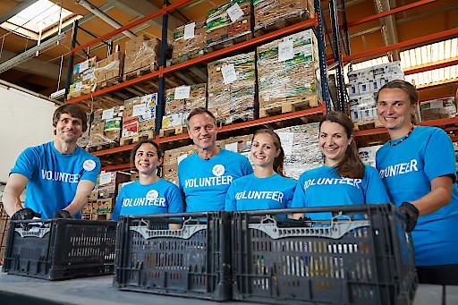 Im Rahmen der Aktionstage Nachhaltigkeit feierte Pfizer das 10-Jahres-Jubiläum seiner Corporate Volunteering Days und setzte zahlreiche gemeinnützige Aktivitäten. Bild: Pfizer Mitarbeiter unterstützen die Caritas Organisation Le+O Lebensmittel und Orientierung.