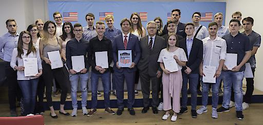 Die ersten 22 österreichischen Austauschlehrlinge der Marshallplan-Jubiläumsstiftung gemeinsam mit Wolfgang Petritsch, Präsident der Marshallplan-Jubiläumsstiftung und H.E. Trevor D. Traina, Botschafter der Vereinigten Staaten von Amerika in Österreich.