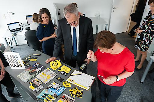 Bundespräsident Alexander Van der Bellen und Doris Schmidauer im Büro von Amnesty International Österreich