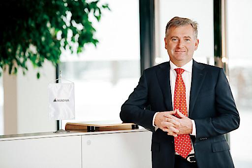"""""""Die Anwendung fortschreitender Digitalisierungstechnologien ist ein wertvolles Instrument zur Sicherung der Wettbewerbsfähigkeit für einen Industriestandort, der Mensch wird jedoch weiterhin im Mittelpunkt unserer Produktion stehen"""", sagt Günther Apfalter, President Magna International Europe."""