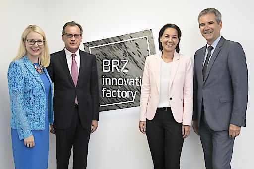 Bundesministerin Margarete Schramböck, BRZ-Geschäftsführer Markus Kaiser, BRZ-Geschäftsführerin Christine Sumper-Billinger und Bundesminister Hartwig Löger eröffnen die BRZ Innovation Factory
