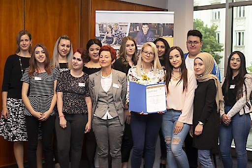"""Die dm Lehrlinge überreichten die Auszeichnung """"Österreichs Beste Lehrbetriebe - von Lehrlingen empfohlen"""" an dm drogerie markt."""