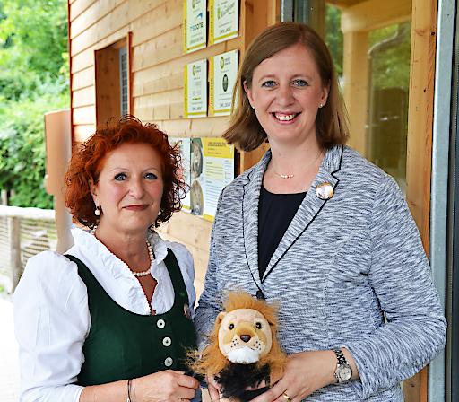 Tourismuslandesrätin Barbara Eibinger-Miedl mit Tierwelt GF Doris Wolkner-Steinberger