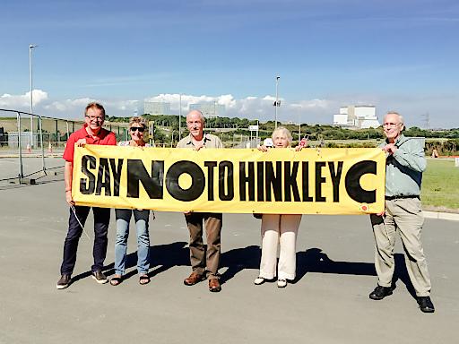 """LR Rudi Anschober (links) mit VertreterInnen der britischen NGO """"Stop Hinkley"""" bei einem Lokalaugenschein in Hinkley Point im Sommer 2016"""