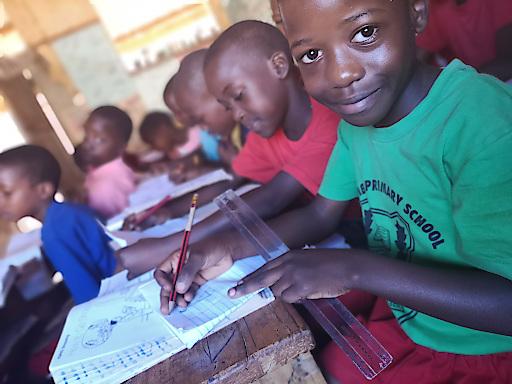 Derzeit ermöglicht SOS-Kinderdorf durch Familien stärkende Programme in Uganda 2.500 Kindern den Schulbesuch und bittet um Spenden, um weiteren 200 Mädchen wie Grace (im Bild) die Chance auf einen Schulabschluss zu bieten.