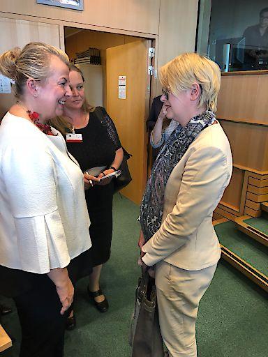 Sozialministerin Beate Hartinger Klein im Gespräch mit der polnischen MEP Agnieszka Kozlowska-Rajewicz