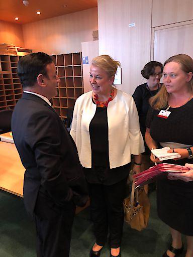 Sozialministerin Beate Hartinger-Klein im Gespräch mit MEP David Casa aus Malta