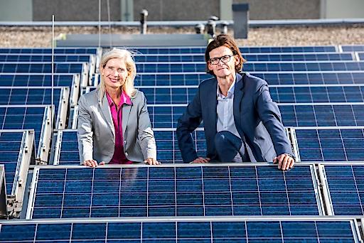 v.l.n.r.: Tanja Dietrich-Hübner (Leitung Stabstelle Nachhaltigkeit REWE International AG) und Peter Breuss (Leiter technische Abteilung REWE International AG) auf dem Dach mit Photovoltaikanlage der BILLA Filiale Perfektastraße