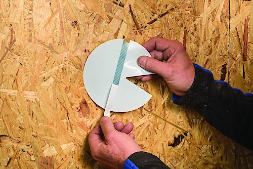 """Innovative Anlegezone: Da man die Trennfolie anfangs nur von einem schmalen Fixierstreifen abzieht, lässt sich das Patch sicher in engen Winkeln positionieren, ohne bereits """"unterwegs"""" anzuhaften. Weiterer Text über ots und www.presseportal.de/nr/103616 / Die Verwendung dieses Bildes ist für redaktionelle Zwecke honorarfrei. Veröffentlichung bitte unter Quellenangabe: """"obs/MOLL bauökologische Produkte GmbH/MOLL pro clima"""""""