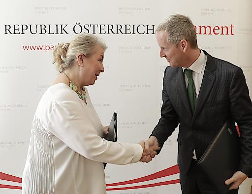Bundesministerin Mag. Beate Hartinger-Klein und Andrew McDowell stellen Primärversorgungseinheiten in Österreich auf feste Beine