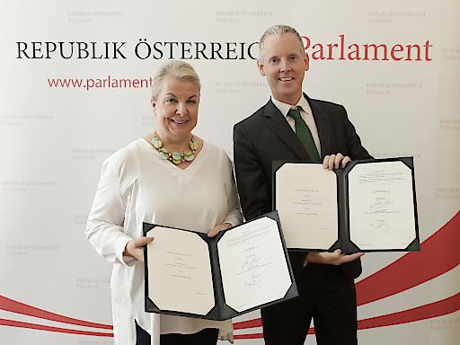Bundesministerin Mag. Beate Hartinger-Klein und Andrew McDowell unterzeichnen Beratungsvereinbarung zur Finanzierung von Primärversorgungseinheiten in Österreich