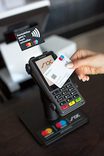Zahlungsterminal für bargeldlose Zahlungen mit SIX und Mastercard in der Generali-Arena des FK Austria Wien.