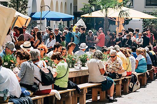 ENGADIN ST. MORITZ - St. Moritz bittet zu Tisch. Die Tavolata findet mitten in der Fussgängerzone von St. Moritz statt. Abgerundet wird dieser gesellige Event mit einem umfangreichen Angebot an Speisen und Getränken, Musik und einem Kinderprogramm.