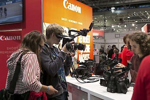 Jungfotograf beim Test einer Kamera