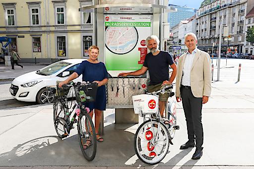 Vor der neu eröffneten Gewista Radservicestation am Nestroyplatz/Praterstraße 38 (v.l.n.r.) Uschi Lichtenegger, Bezirksvorsteherin der Leopoldstadt, Hans Erich Dechant, Gewista Head of Citybike Wien und Gewista CEO Franz Solta