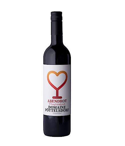"""Der IWC-Siegerwein """"Abendrot Blaufränkisch 2015"""" stammt aus Österreichs jüngstem DAC Weinbaugebiet, der Weinbauregion Rosalia im Burgenland. Er ist samtig, würzig, fruchtig, mit dunkler Beerenaromatik und verspricht einen intensiven langen Abgang."""