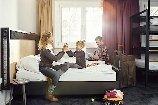 Kinder schlafen in a&o Hostels gratis im Zimmer der Eltern.