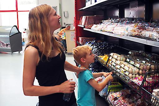 Sozialmarkt Kundin mit Kind im soogut-Sozialmarkt beim Einkauf.