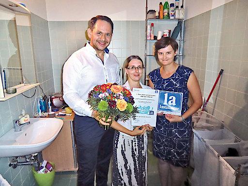 Übergabe des Sanierungsschecks durch 1a-Installateur Thomas Wiesmayr (l.) und Frau Christine Kaas (1a-Installateur Marketingberatung GmbH, r.) an Frau Sabrina Eberhard.