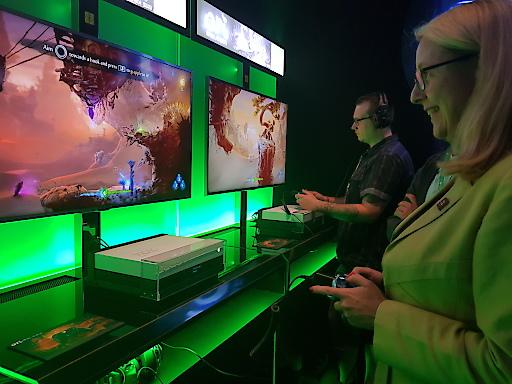 BM Dr. Margarete Schramböck am Microsoft-Stand auf der Gamescom 2018