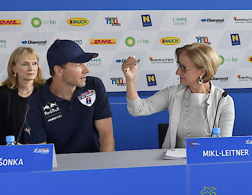 Martin Sonka (CZE), hier im Bild mit NÖ. Landeshauptfrau Johanna Mikl-Leitner (r.), kommt als Gesamtzweiter der aktuellen Red Bull Air Race Weltmeisterschaft nach Wiener Neustadt: Viele tschechische Fans werden erwartet.