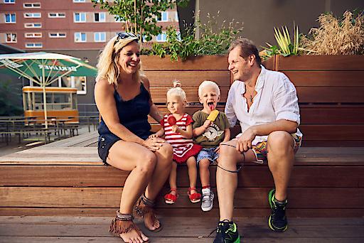 Mallorca-Jens Büchner, bekannt aus Goodbye Deutschland besucht mit seiner Familie die a&o Hostels
