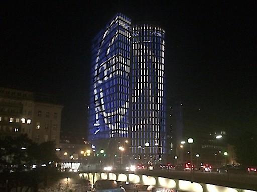 UNIQA Tower erstrahlt im CERN Logo