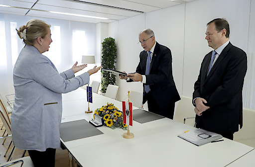 Unterzeichnung der europäischen Genom-Deklaration durch Bundesministerin Beate-Hartinger Klein und Vytenis Andriukaitis, EU-Kommissar für Gesundheit und Lebensmittelsicherheit.