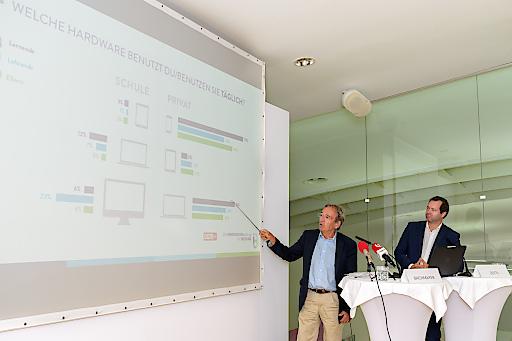 Wolfgang Bachmayer (Gründer und Geschäftsführer des Instituts OGM; links im Bild) mit Stiftungsvorstand Stefan Zotti