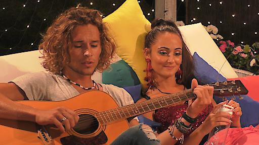 Victor spielt Gitarre für Tracy.