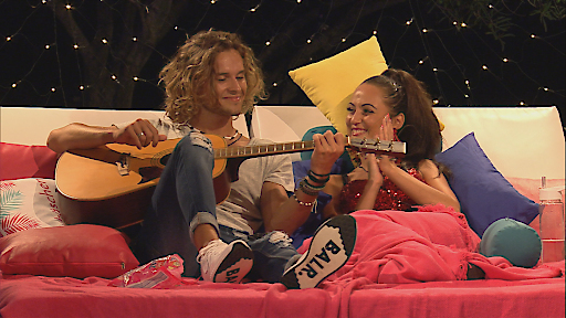 Victor spielt für Tracy Gitarre.