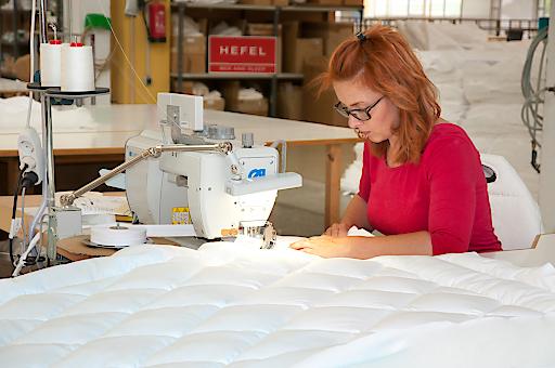 Steppdecken, Kissen und Unterbetten werden zu hundert Prozent in Österreich gefertigt, mit viel Liebe zum Detail.