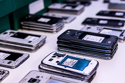 Smartphones werden für die Wiederverwendung gesammelt und reduzieren damit den ökologischen Fußabdruck.