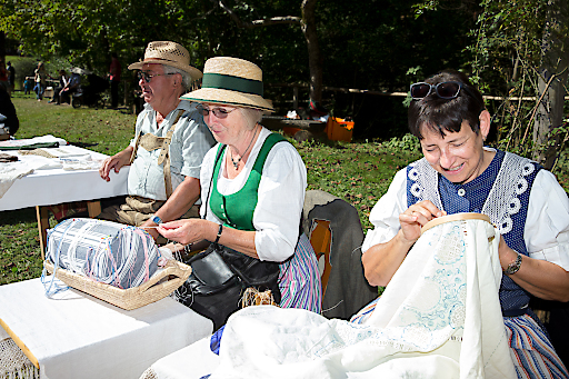 Traditionelle Handarbeitstechniken wie das Klöppeln, Sticken etc. werden ebenfalls am Erlebnistag gezeigt.