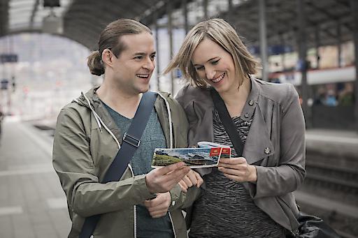 Paar mit Swiss Travel Pass am Hauptbahnhof Zürich