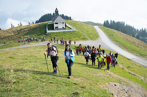 Mehr als 250 Führungskräfte, Wirtschaftstreibende und Diplomaten treffen sich zum gemeinsamen Wandern in Kitzbühel