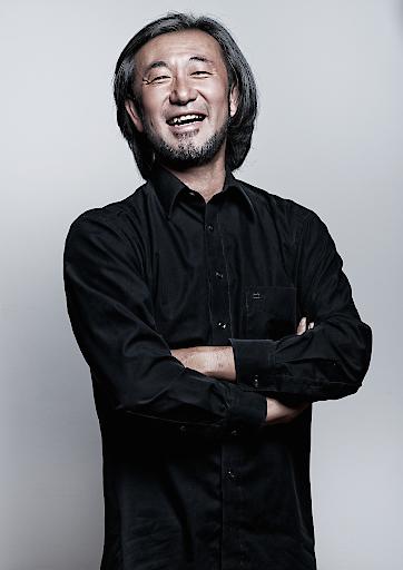 Joji Hattori, der in Japan geboren wurde, aber in Wien aufwuchs, hat bisher eine besonders abwechslungsreiche Karriere als Musiker genossen. Er begann im Alter von fünf Jahren Violine zu spielen und studierte bei Rainer Küchl an der Wiener Musikhochschule, gefolgt von weiteren Studien bei Yehudi Menuhin und Vladimir Spivakov. 1989 gewann er den Internationalen Yehudi Menuhin Violinwettbewerb in England.. In Österreich setzt er seine Arbeit als Erster Gastdirigent des Wiener KammerOrchesters und als musikalischer Leiter des Open-Air Sommerfestivals Kittsee fort. Seit 2015 betreibt er zusätzlich zu seiner musikalischen Tätigkeit als Inhaber und Spiritus Rector das SHIKI, ein Michelin-Star gekröntes japanisches Fine Dining Restaurant in Wien.