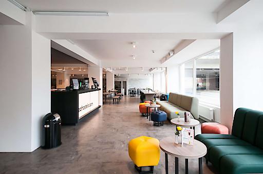 Die große Lobby im neuen a&o Design ist der perfekte Treffpunkt für Gruppen aus aller Welt.