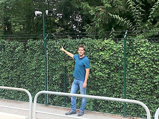 An immer mehr Plätzen entlang der Kärntner Seeufer wird die Bevölkerung durch meterhohe Zaunhecken und Mauern ausgeschlossen, wie NF-Kärnten Vorsitzender Liesnig aufzeigt.