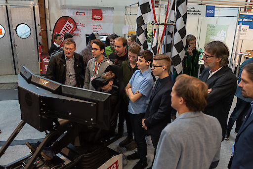 Präsident Goach probiert den Formel I Simulator