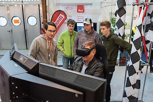 Präsident Goach im Formel I Simulator