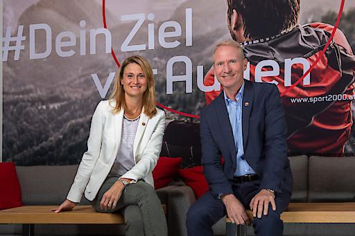 Vorstand Dr. Holger Schwarting und Marketingleiterin Mag. Natascha Krawinkler, haben mit dem neuen Markenauftritt das Ziel von SPORT 2000 klar vor Augen