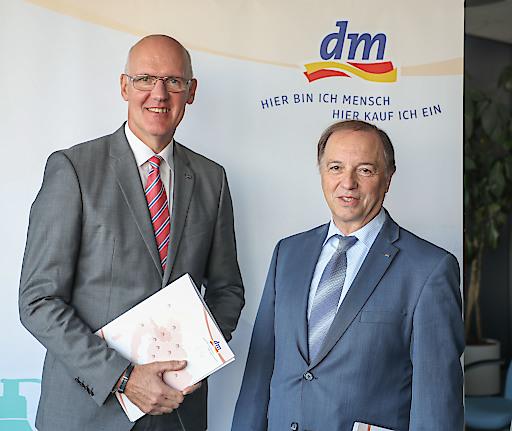 https://www.apa-fotoservice.at/galerie/15293 Pressegespräch DM Drogeriemarkt in der Konzernzentrale in Salzburg-Wals - Im Bild v.l. Martin Engelmann und Manfred Kühner