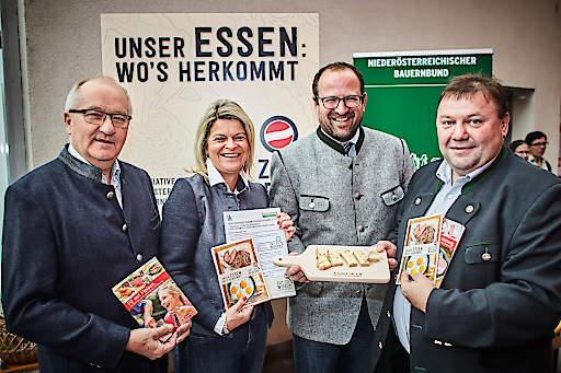 LAbg. Karl Moser, Bauernbunddirektorin Klaudia Tanner, VP-Landesgeschäftsführer Bernhard Ebner und BO Bgm. Leo Gruber-Doberer (v.l.) sammelten Unterschriften zur Kennzeichnung der Herkunft von Lebensmitteln.