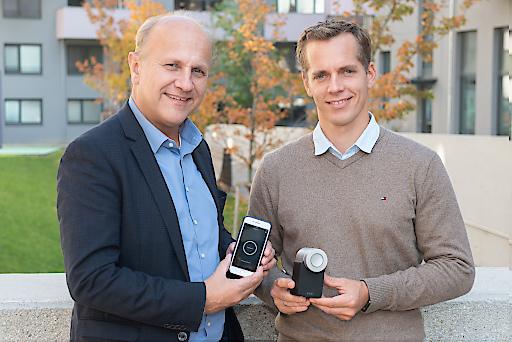 Ernst Bach, Direktor Hausbewirtschaftung Sozialbau AG und Martin Pansy, Gründer und CEO Nuki Home Solutions GmbH präsentieren das innovative Zutrittssystem.