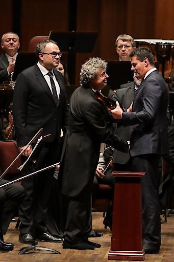 Der KKCG-Gründer Karel Komárek übergibt dem Generaldirektor der Tschechischen Philharmonie, David Mareček, den Antonín-Dvořák-Preis anlässlich der 100 Jahr Feier der Gründung der Tschechischen Republik in Washington, DC.