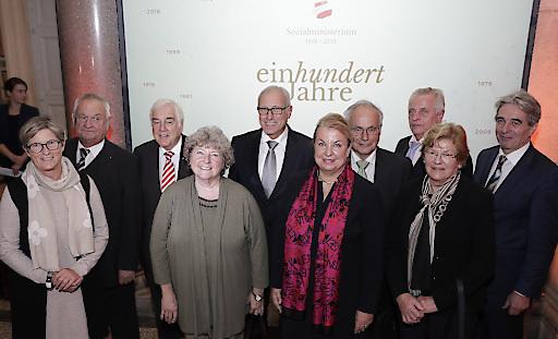 """""""Familienfoto"""" anlässlich des Festaktes 100 Jahre Sozialministerium: BM a.D. Ursula Haubner, BM a.D. Herbert Haupt, STS a.D. Reinhart Waneck, BM a.D. Lore Hostasch, STS a.D. Sigisbert Dolinschek, BM Beate Hartinger-Klein, BM a.D. Walter Geppert, BM a.D. Rudolf Hundstorfer, BM a.D. Elisabeth Sickl, BM a.D. Erwin Buchinger (v.l.)"""