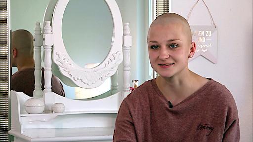 Sina (19) erkrankte vor einem Jahr an chronischem Blutkrebs. Für die Schülerin, die erst kurze Zeit vorher in eine eigene Wohnung zog, brach eine Welt zusammen.